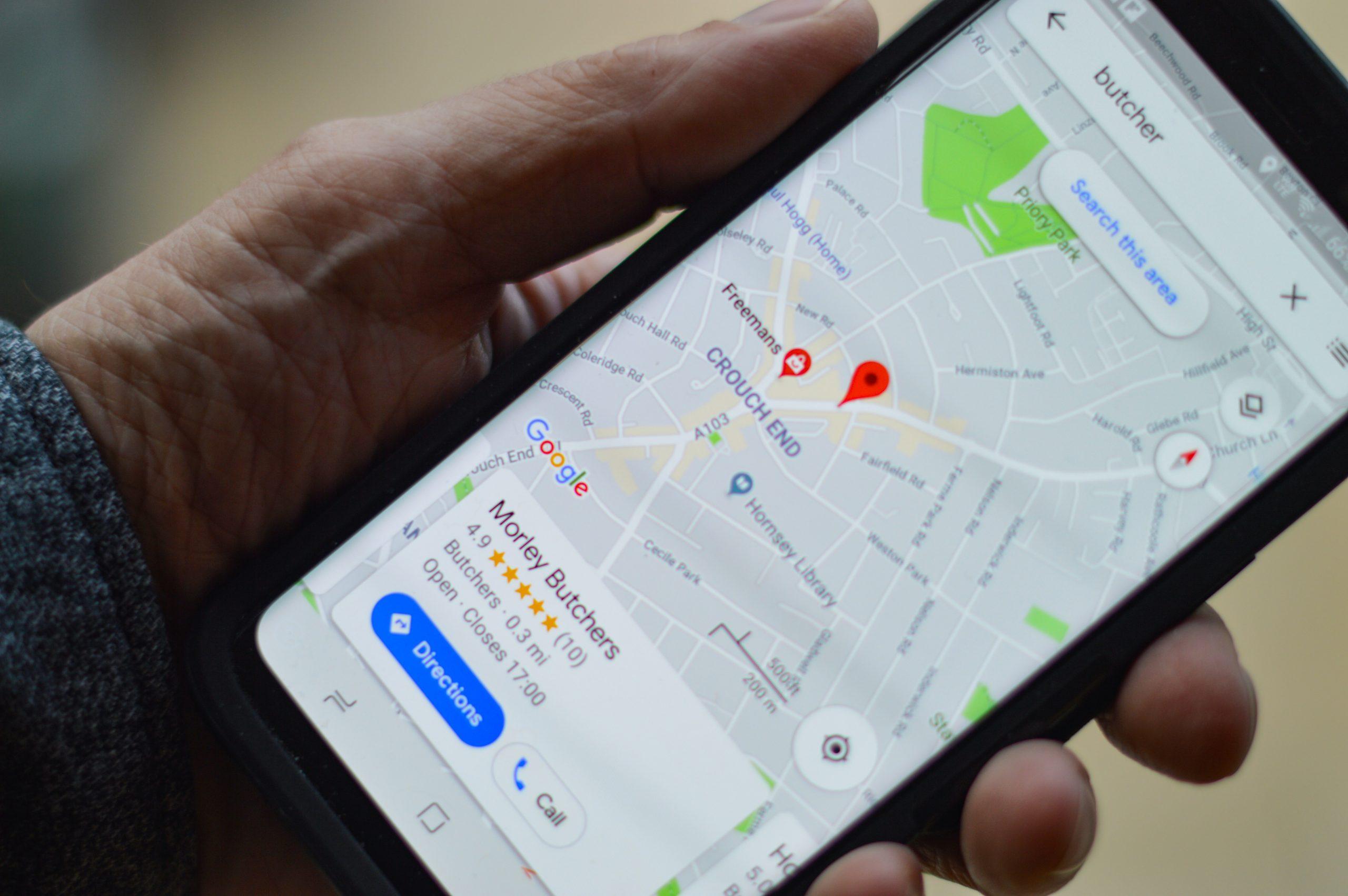 Usuario utilizando Google Maps